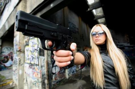 武器を持つ女性の写真を集めたFlickr