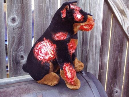 グロカワ「バイオハザード」に登場するゾンビ犬のぬいぐるみ