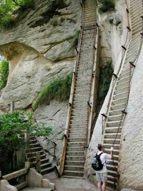 中国の華山にある恐ろしい階段