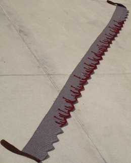 血の滴るようなノコギリのスカーフ