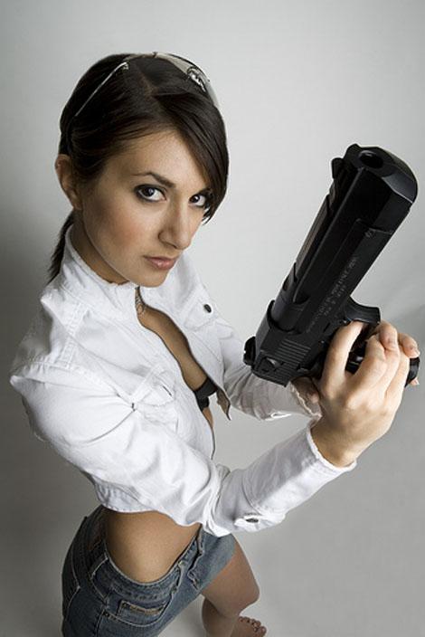 ハードボイルドに武器を持つ女性の写真いろいろ Part2