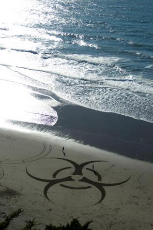 砂浜を切り取って作られたミステリーサークル