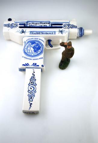 鮮やかな陶器で作られた銃器