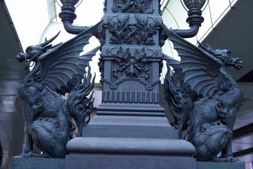 4日本橋のガーゴイルどっちが雄で雌ですか