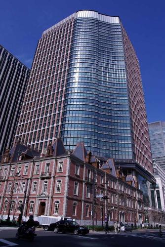 7洒落た東京都心の建設途中のビル