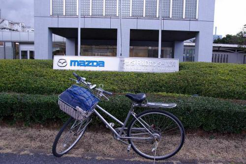 8マツダR&Dセンター横浜前にて自転車と今日はオフ会ではありません