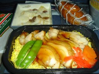 機内食・・・お味はビミョウ。