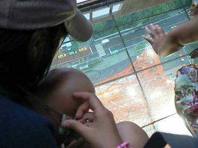 ガラスの床から下を見るマーボ