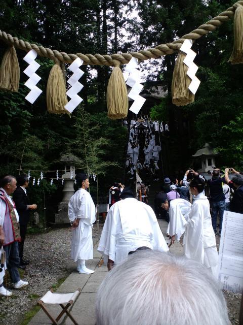 8:51 本殿から御神輿が降りてきました