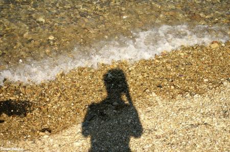 波打ち際と影。