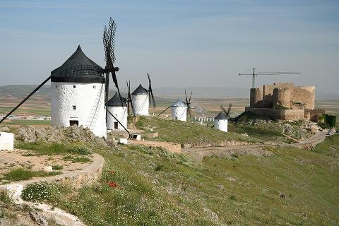 立ち並ぶ風車と古城(コンスエグラ)