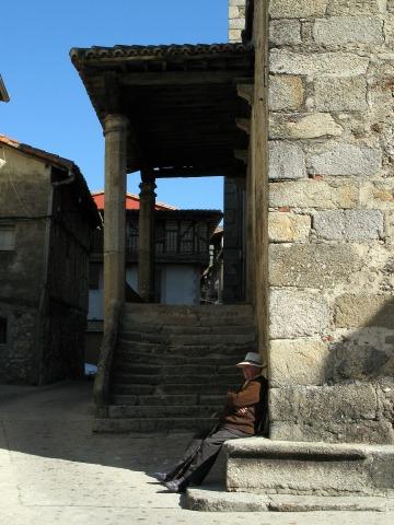 教会の脇で居眠りするおじいさん(Garganta la Olla)