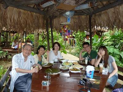 マリバゴグリルでサポート中の学生さんたちと食事
