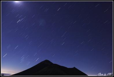 高千穂峰と星の光跡