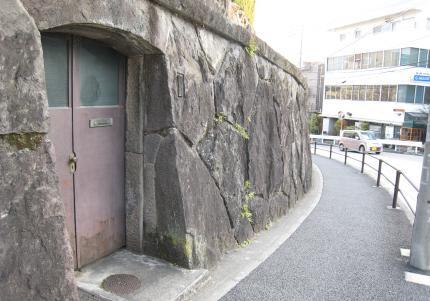 菊坂近くの鉄扉
