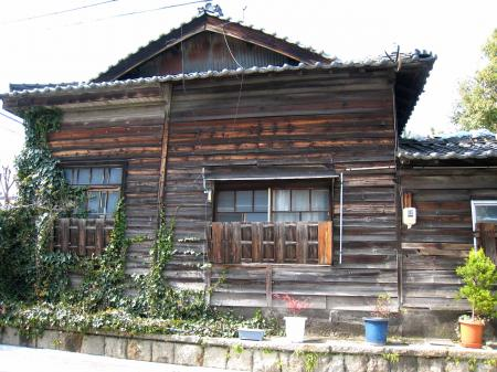 桜山の古そうな家