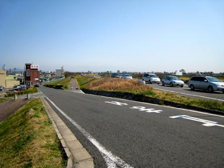 新川中橋横の坂道