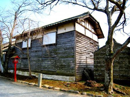 涼ケ岡八幡神社の倉?2