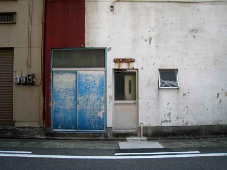 ブルー扉の壁