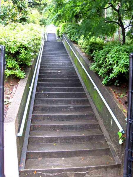 別所坂脇の階段