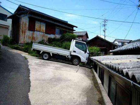 落ちそうなトラック