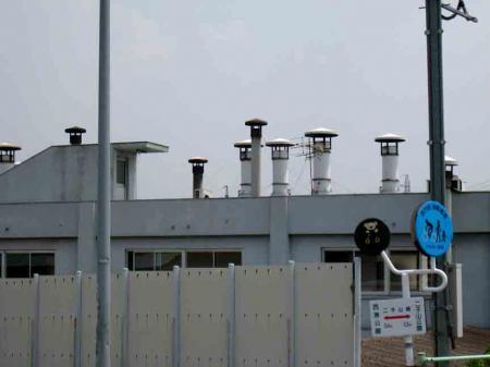 工場の煙突だらけ屋根