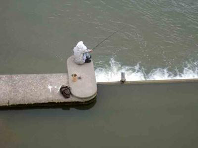 川中の釣り人