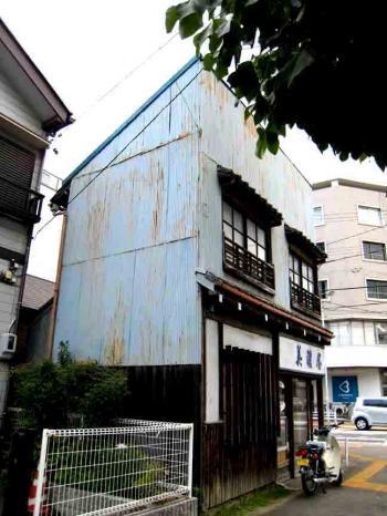 古井ノ坂の細長い建物