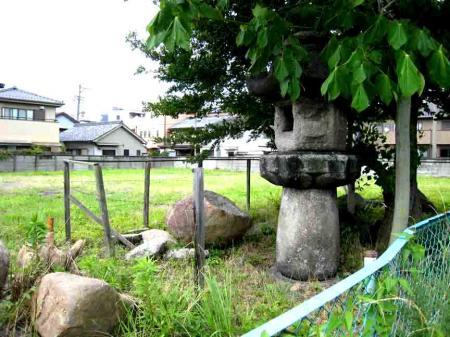 古井ノ坂バス停近くの謎の石灯籠
