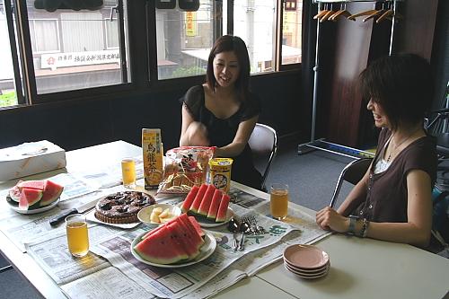 浩美さんとショーコさん、サリーはテーブルの下で待ってる