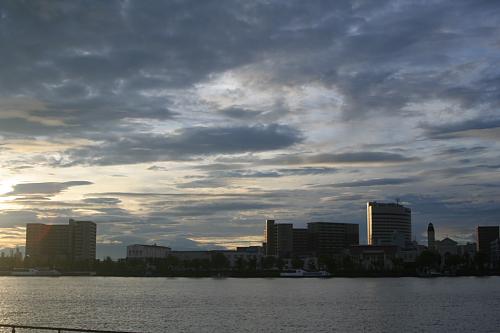 信濃川左岸から見る街