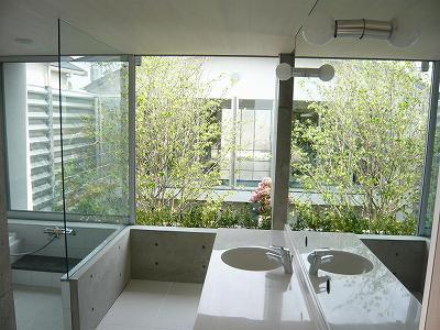 SH-浴室洗面から中庭を望む