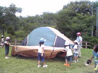 三輪車キャンプ 力を合わせてテント張り