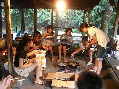 火を囲んで夕飯