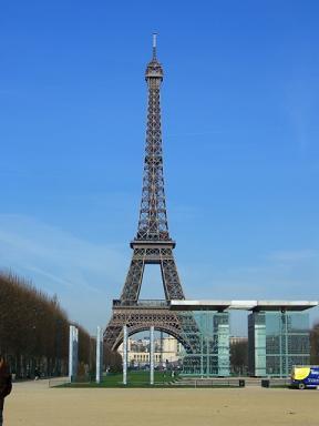 平和記念碑とエッフェル塔