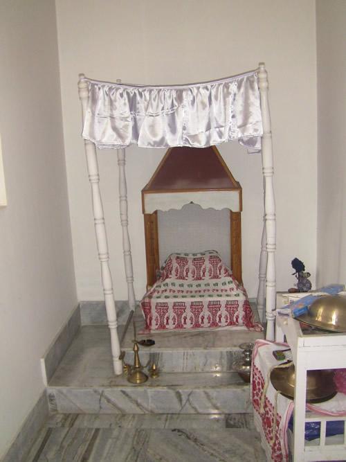 グル・ホンカラを祀った祭壇「グル・アーサナ」