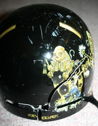 割れたヘルメット2