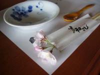 桜を箸置き代わりに