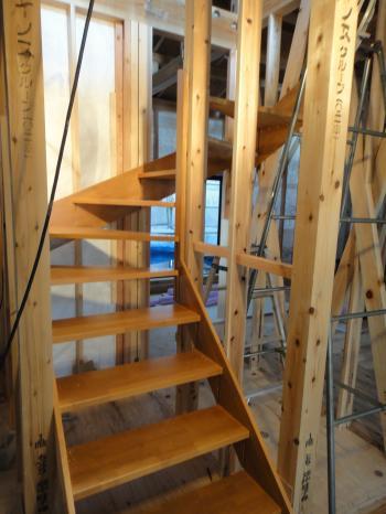 階段も施工中