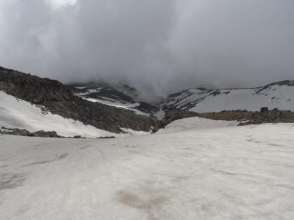 雪渓が続く