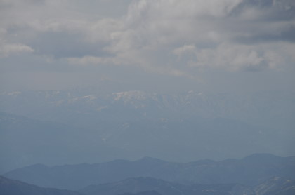かすむ白山