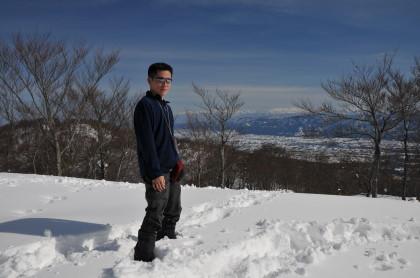 山頂に立つ