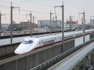 屋上から新幹線を望む