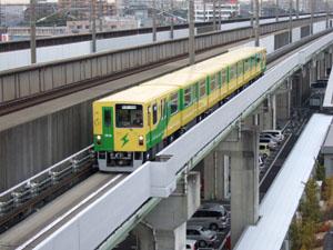 新幹線に抜かれたニューシャトルが続いてやってきた。