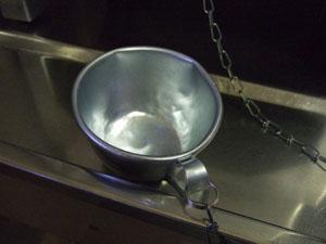 飲料水タンクに備わっていたアルミのカップ