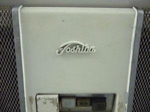 181系車内のエアコンには、古いタイプの東芝ロゴが。