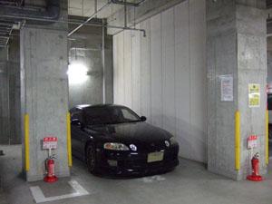 狭い駐車スペースにソアラをピットイン