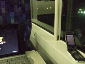 特急列車内でNotePCを開きブログ更新作業