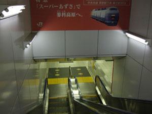 新宿駅5番、6番線ホームへと向かう