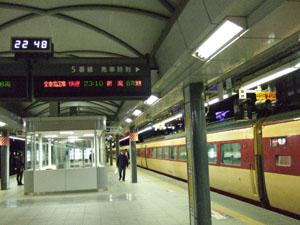 どこか物悲しい雰囲気の夜行列車の発車前